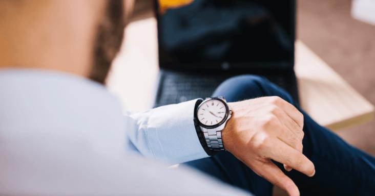 pessoa com relógio no pulso